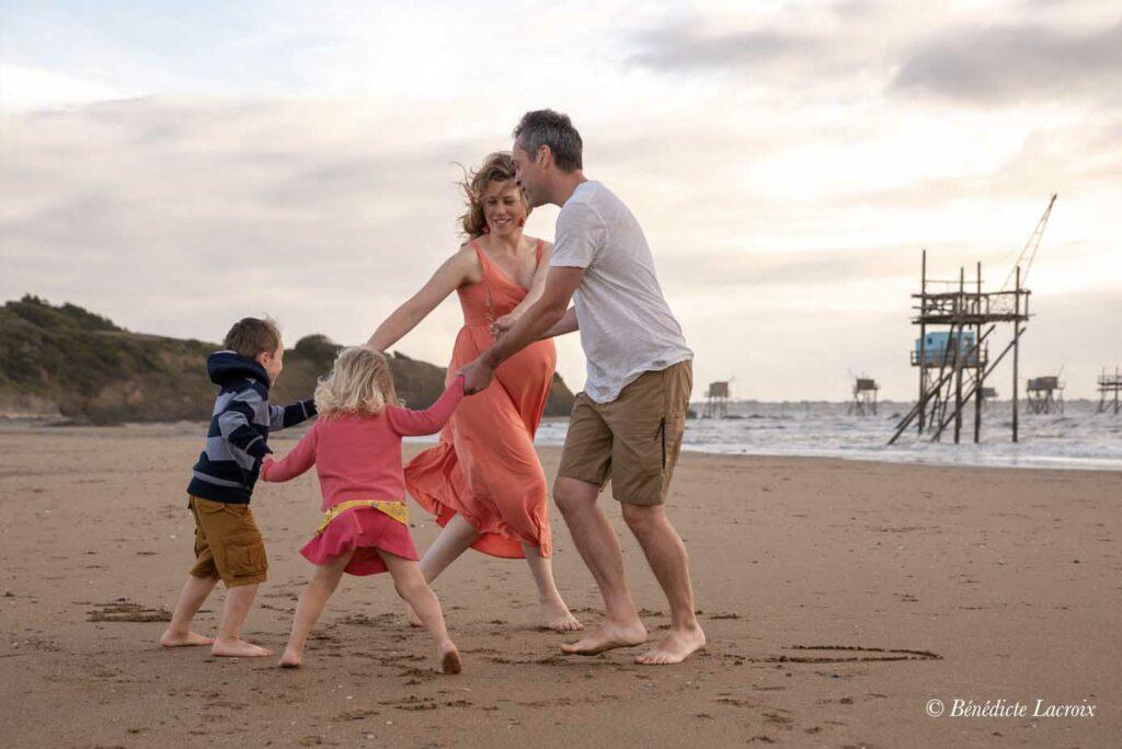 famille fait la ronde sur le sable