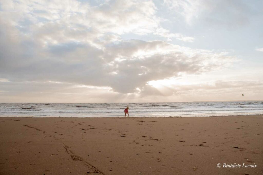 petite fille joue dans l'eau au loin