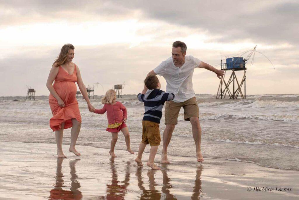 famille danse sur la plage en été
