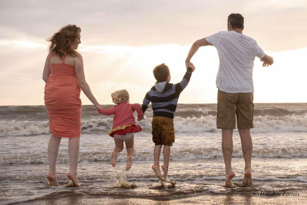 famille qui saute dans les vagues