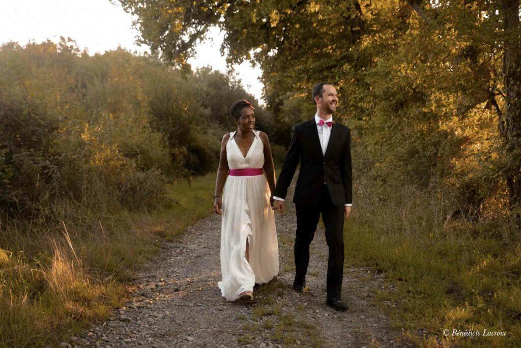 maries se promenent en se tenant la main