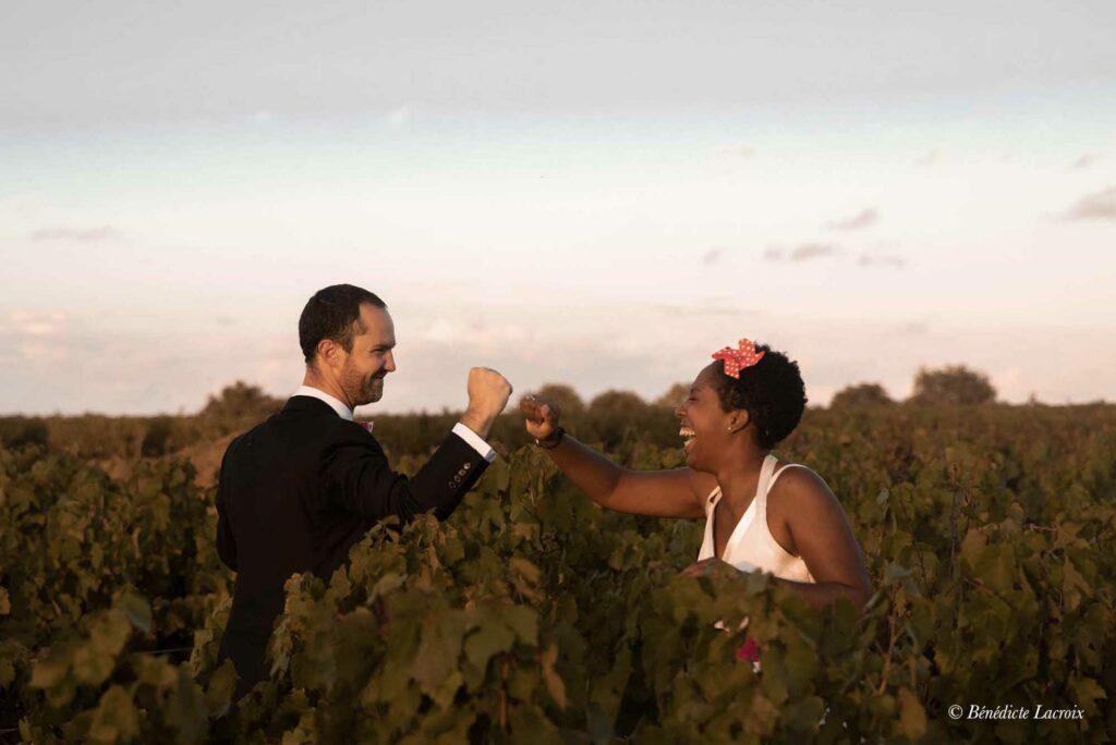 maries jouent dans les vignes