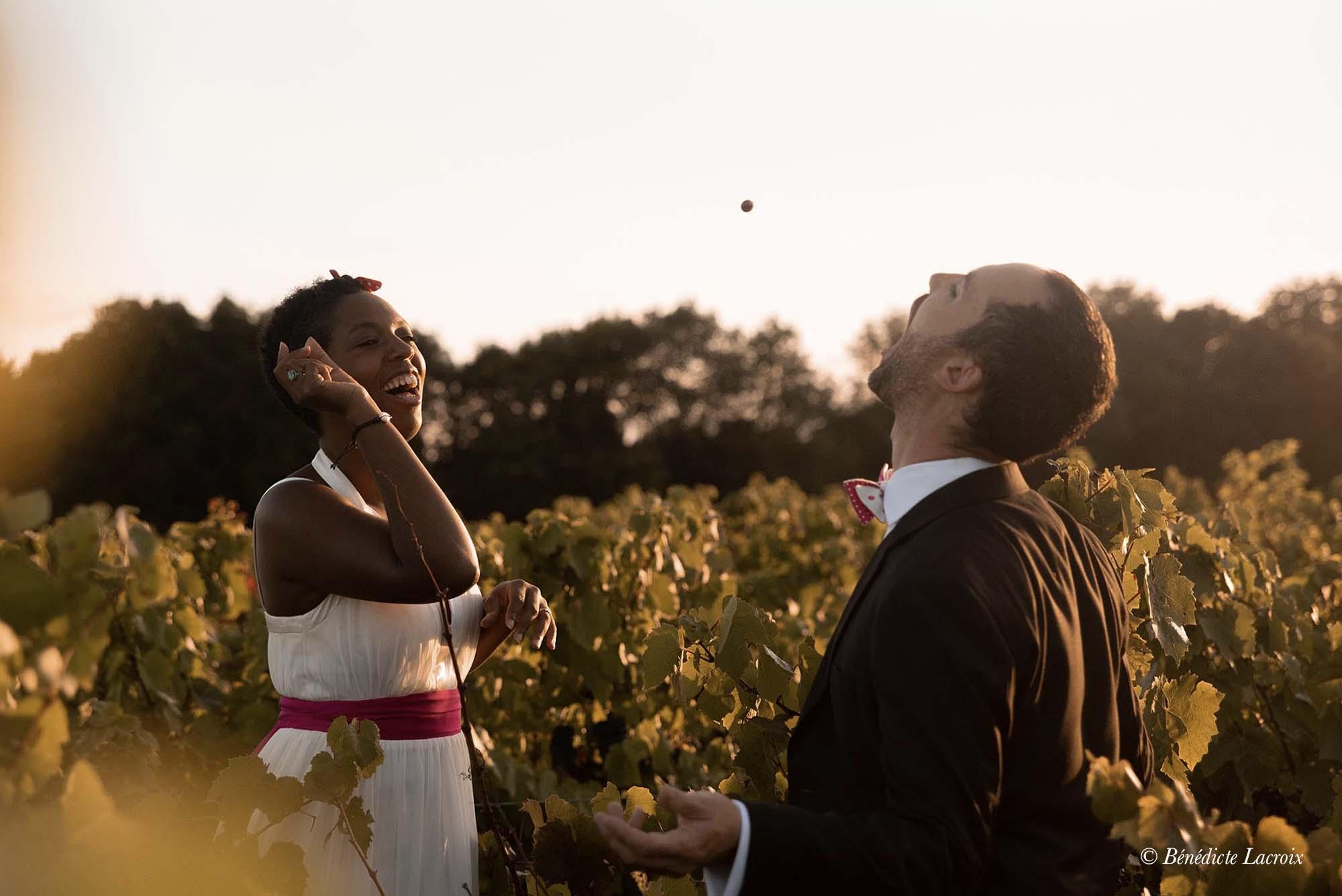couple maries jouent dans les vignes clisson