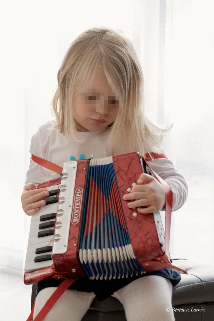 petite fille joue de l'accordeon