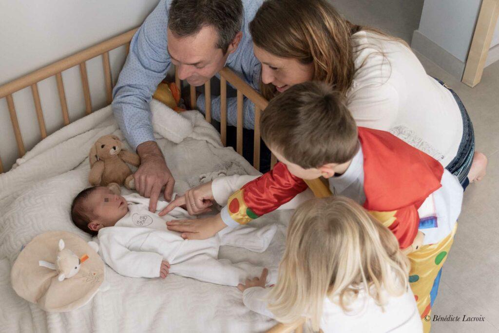 famille nombreuse câlin nouveau né