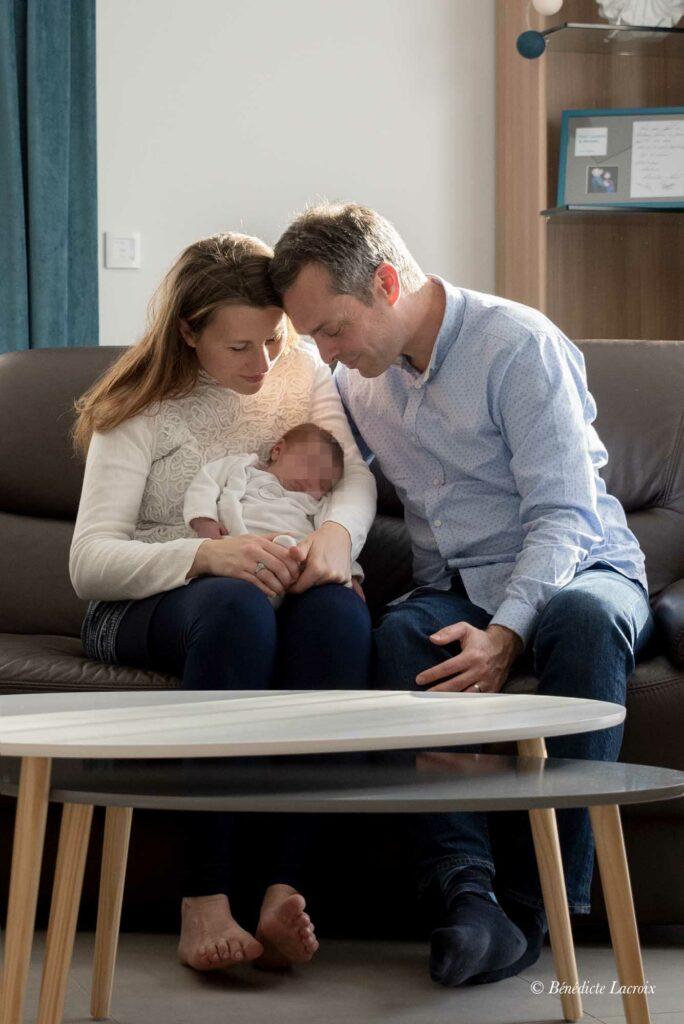 jeune parents autour de leur enfant
